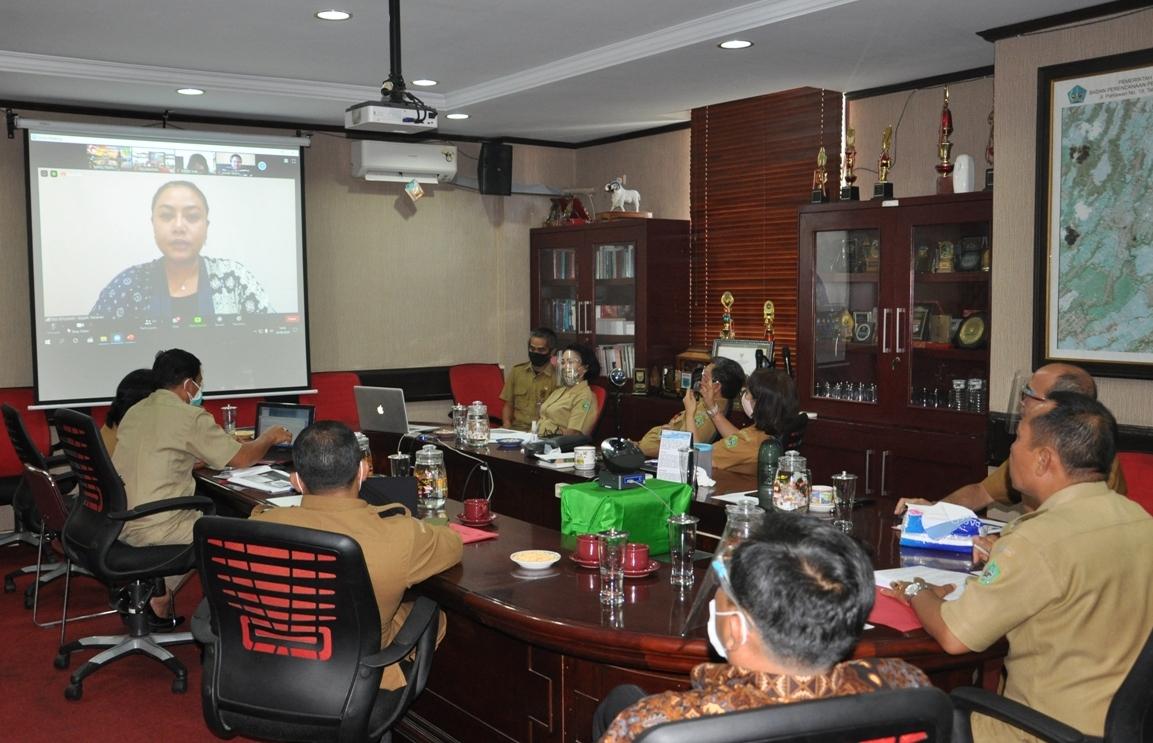 Foto: Virtual SAKIP BUPATI Tabanan Ni Putu Eka Wiryastuti saat memimpin rapat evaluasi SAKIP dan RB secara virtual di Tabanan, Selasa (25/8). Foto: ist