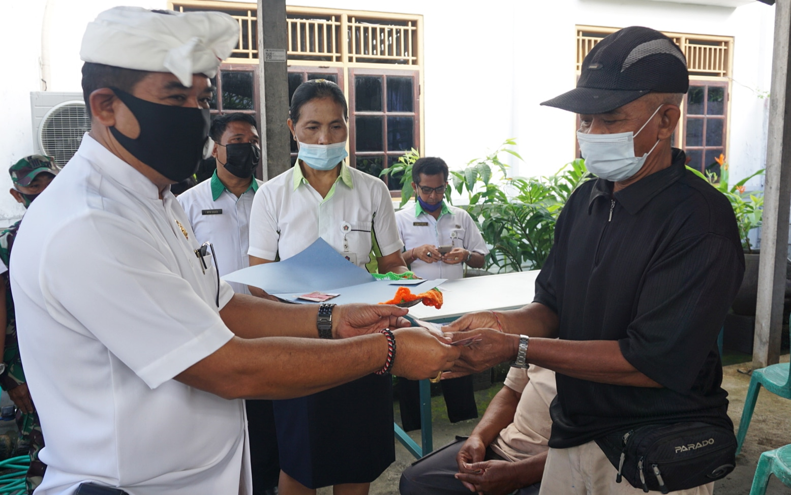 Foto: WABUP KASTA WABUP Made Kasta menyalurkan dana bantuan JPS penanganan Covid-19 di sejumlah tempat di Kecamatan Klungkung, Rabu (12/8). Foto: baw