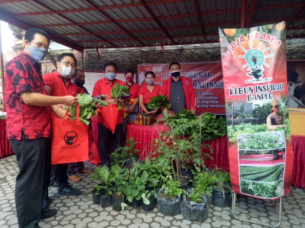 DPC PDI Perjuangan Kota Denpasar melaksanakan Pasar Gotong Royong Krama Bali, Jumat (7/8). Foto: tra
