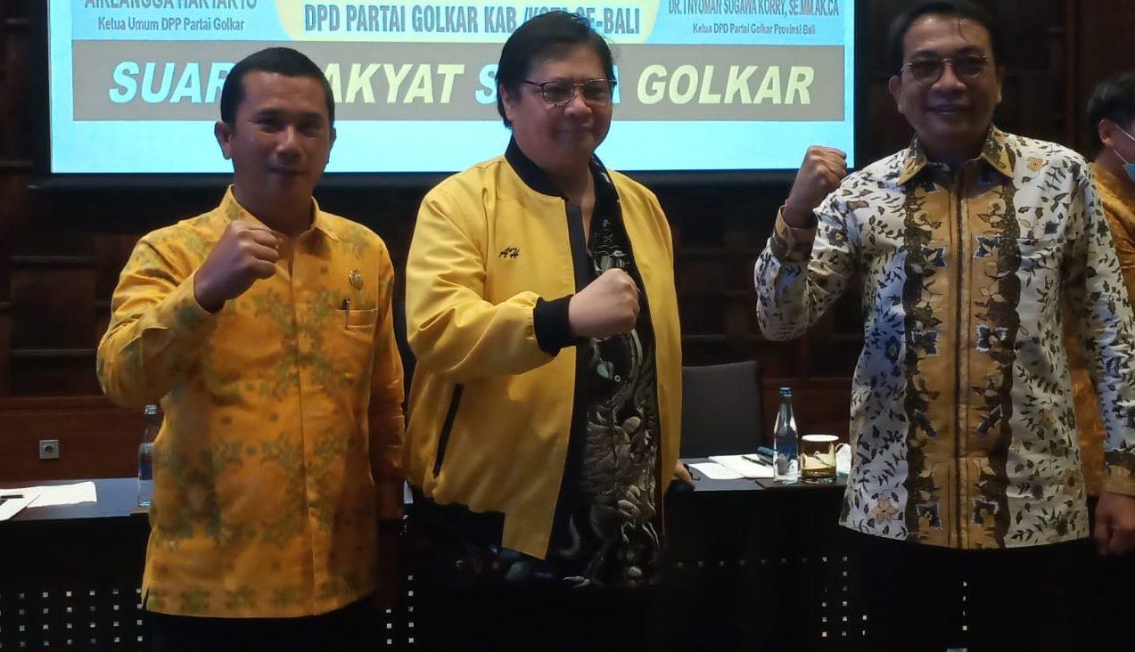 Wayan Muntra (kiri) dan IGN Agung Diatmika (kanan) foto bersama Airlangga Hartarto saat perkenalan para paslon yang diusung Golkar, Kamis (20/8/2020). Foto: Ist
