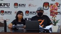 KOMISIONER KPU Denpasar mengikuti rapat daring bersama KPU RI terkait sosialisasi pendidikan pemilih untuk meningkatkan partisipasi masyarakat, Jumat (14/8/2020). Foto: Ist