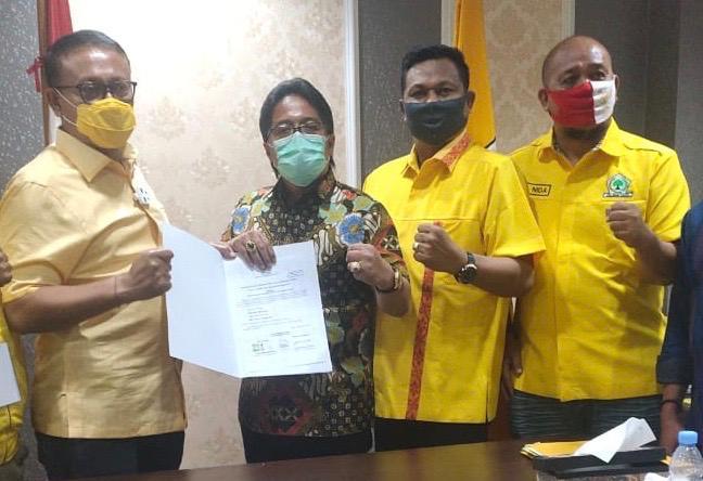 DEMER (kiri) bersama Giri Prasta dan pengurus Partai Golkar saat penyerahan rekomendasi untuk Pilkada Badung di Jakarta, Minggu (30/8/2020). Foto: Ist