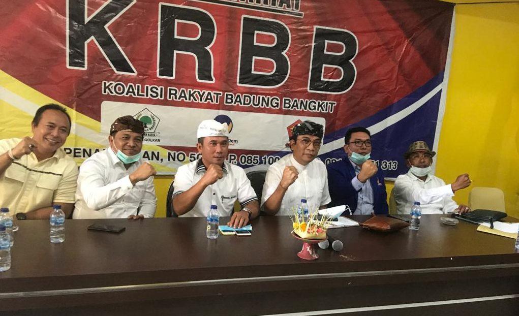 IGN Agung Diatmika (tiga kanan) dan Wayan Muntra (tiga kiri) bersama mitra koalisi saat deklarasi paket ini di kantor DPD Partai Golkar Badung pada 30 Juli 2020 lalu. Foto: gus hendra
