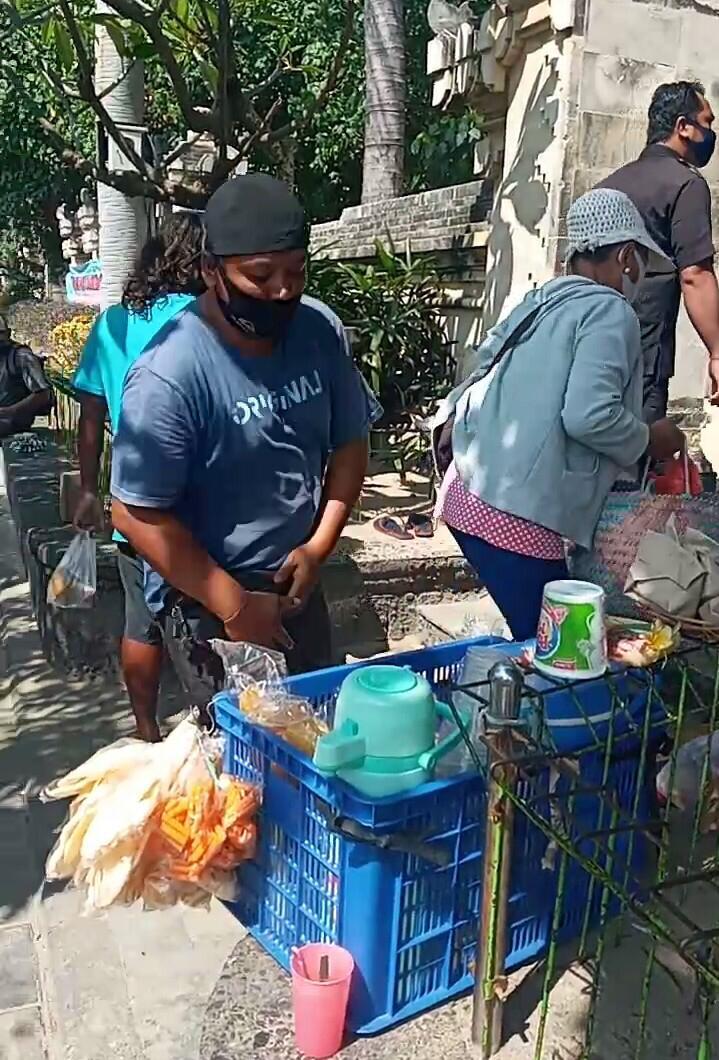 PENERTIBAN pedagang asongan di jalan pantai Kuta. Foto: ist
