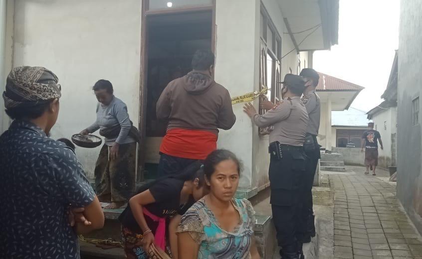 Foto: gantung POLISI melakukan olah TKP atas peristiwa gantung diri seorang warga di Banjar/Desa Batunya, Kecamatan Baturiti, Tabanan, Selasa (18/8). Foto: gap