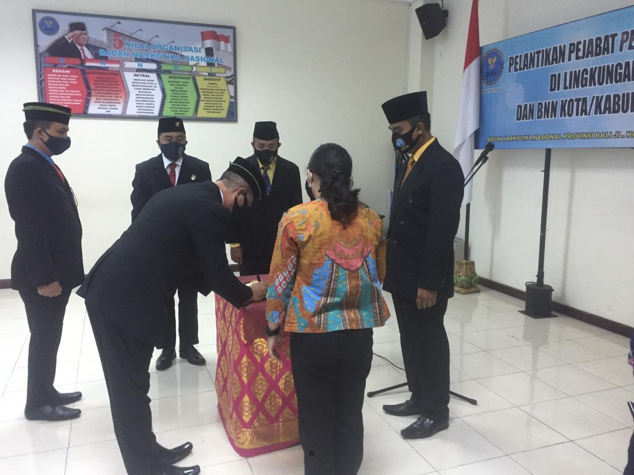 KEPALA BNN Provinsi Bali Brigjen I Putu Gede Suastawa memimpin Sertijab Kepala BNN Kota Denpasar dan Kabupaten Gianyar, Jumat (7/8). Foto: ist