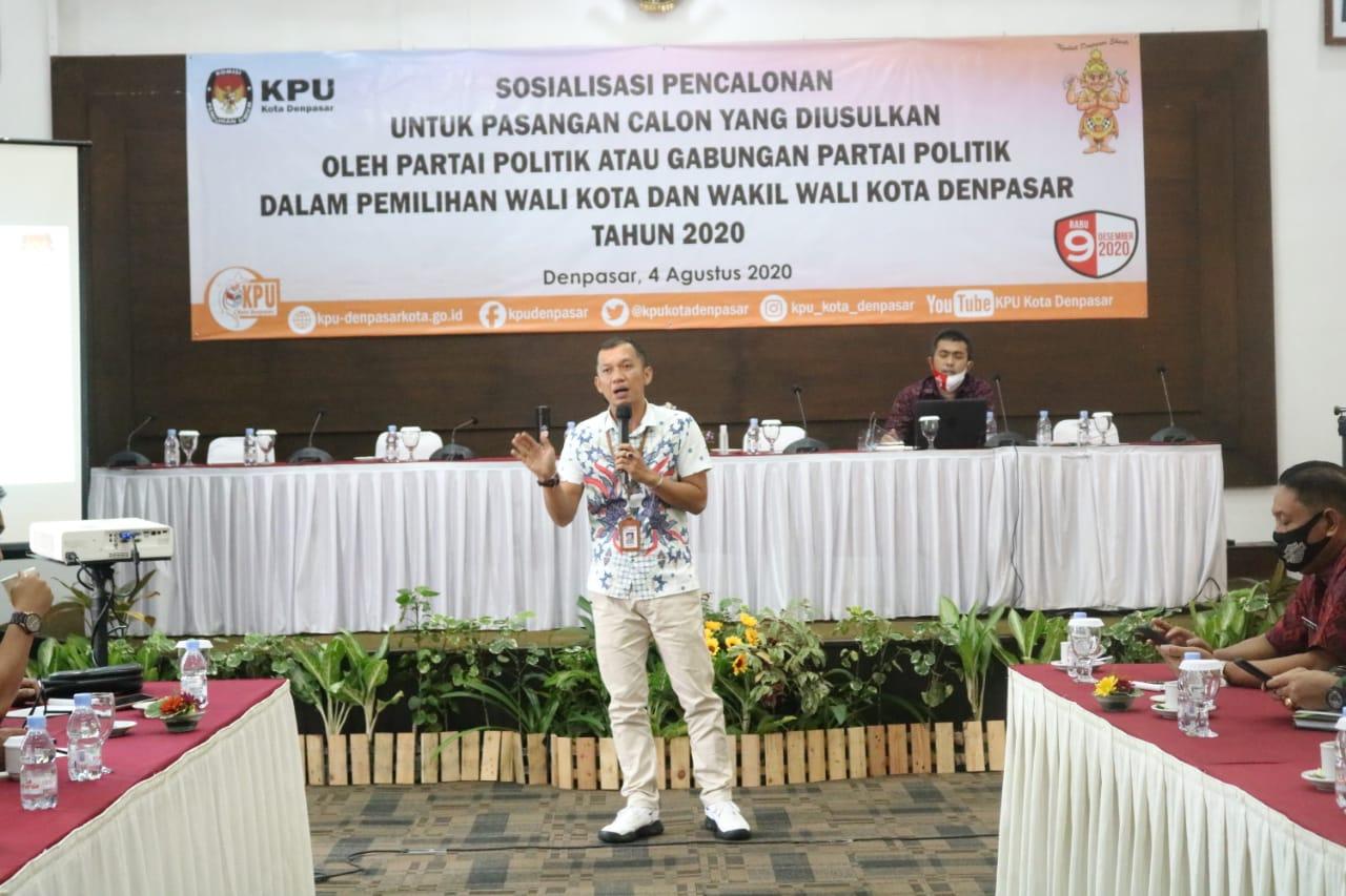 JOHN Darmawan memaparkan materi dalam sosialisasi yang diadakan KPU Denpasar terkait pencalonan untuk paslon yang diusulkan parpol dalam Pilkada Denpasar 2020, Selasa (4/8/2020). Foto: Ist