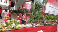 TUMPUKAN sayur yang tersisa masih berjejer di meja Pasar Gotong Royong Krama Bali yang diselenggarakan DPD PDIP Bali, Jumat (7/8/2020). Foto: gus hendra