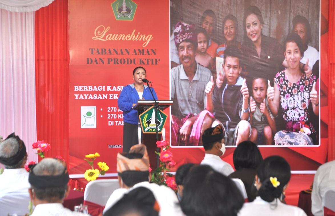 Foto: peluncuran BUPATI Tabanan Ni Putu Eka Wiryastuti saat meluncurkan kegiatan AKB menuju 'Tabanan Aman dan Produktif, di halaman depan Kantor Bupati Tabanan, Kamis (27/8). Foto: ist