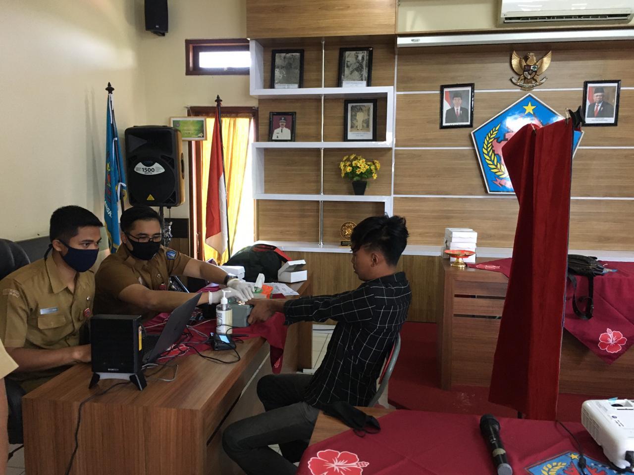 PEGAWAI Disdukcapil Badung saat melakukan perekaman KTP-el untuk pemilih pemula. Foto: Ist