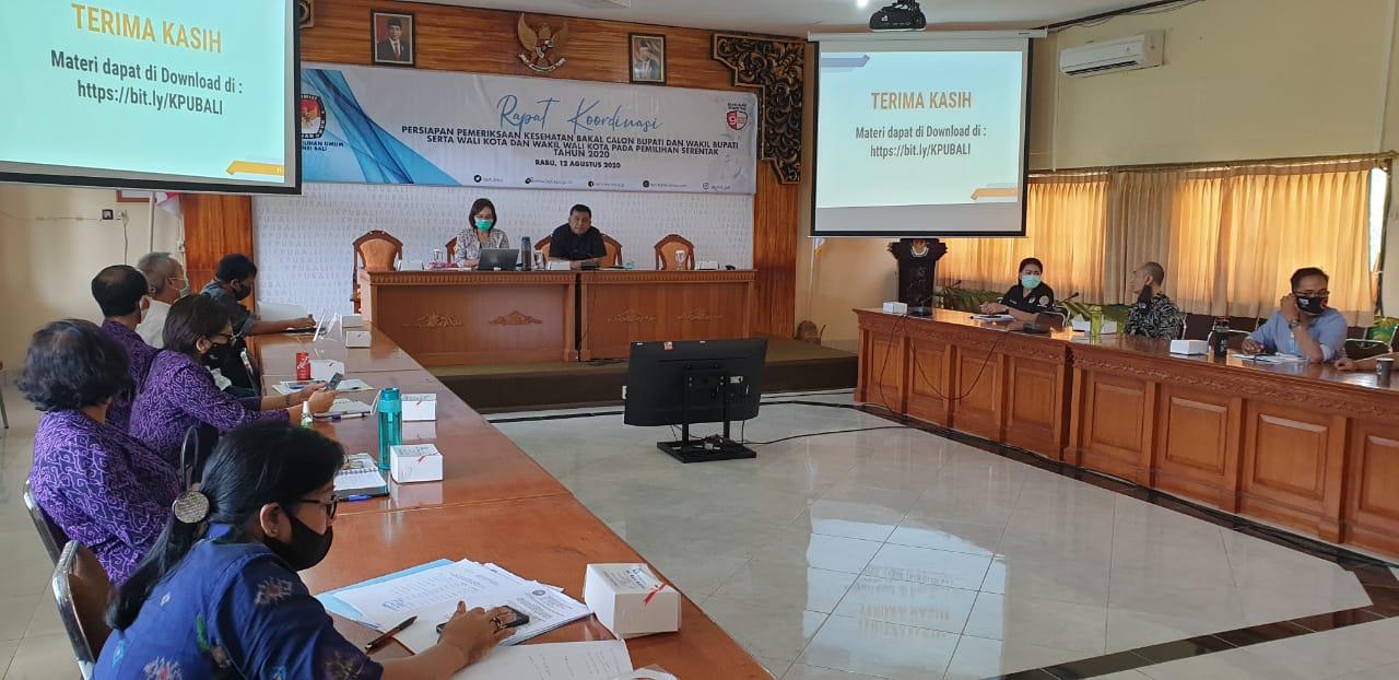 PESERTA rapat koordinasi persiapan pemeriksaan kesehatan kandidat Pilkada 2020 di KPU Bali saat diskusi mengenai proses tes narkoba, Rabu (12/8/2020). Foto: gus hendra