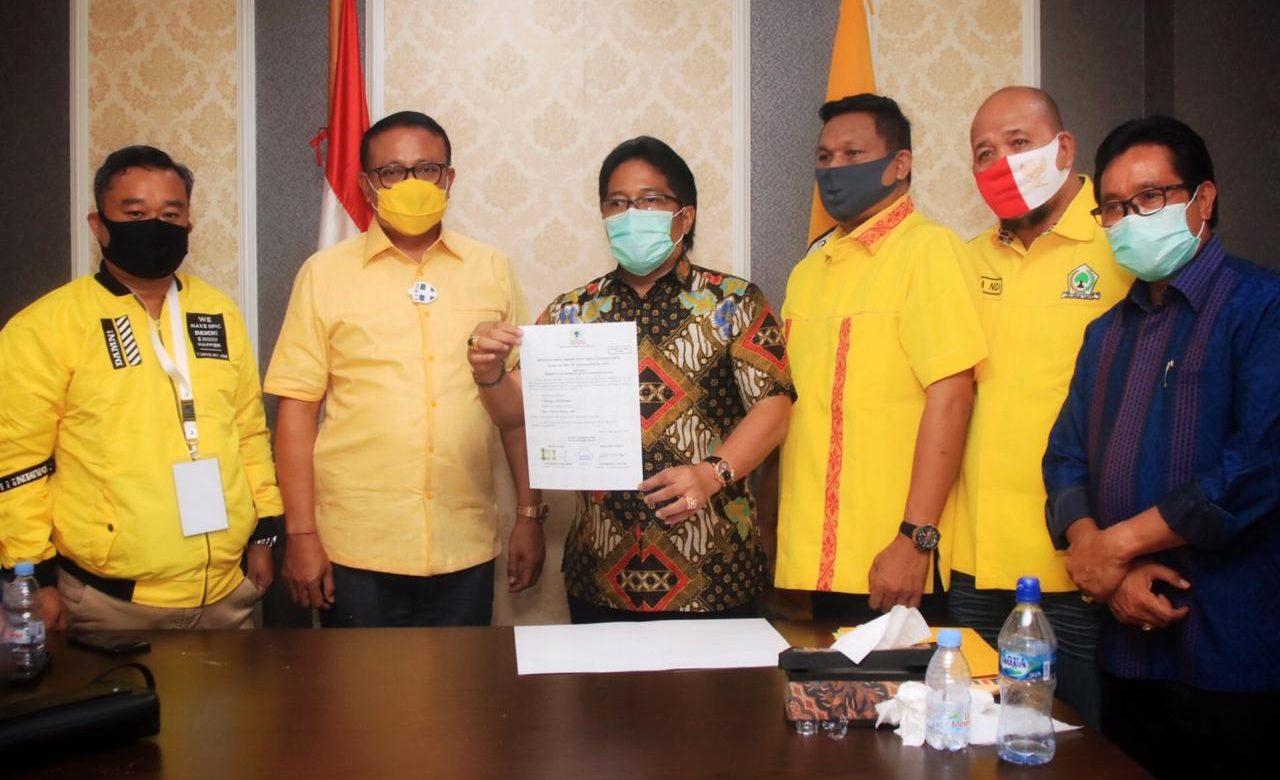 GIRI Prasta bersama Demer dan pengurus Golkar di DPP Partai Golkar di Jakarta saat menerima rekomendasi untuk Pilkada Badung, Minggu (30/8/2020). Dengan rekomendasi Golkar itu, petahana resmi melawan kotak kosong. Foto: Ist