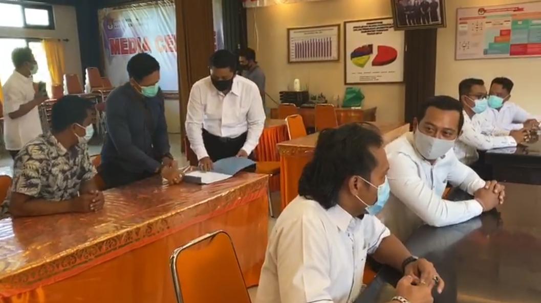 Foto: simulasi SUASANA 'ricuh' yang terskenario dalam simulasi awal yang dilaksanakan Polres Tabanan di KPU Tabanan, Selasa (25/8). Foto: ist