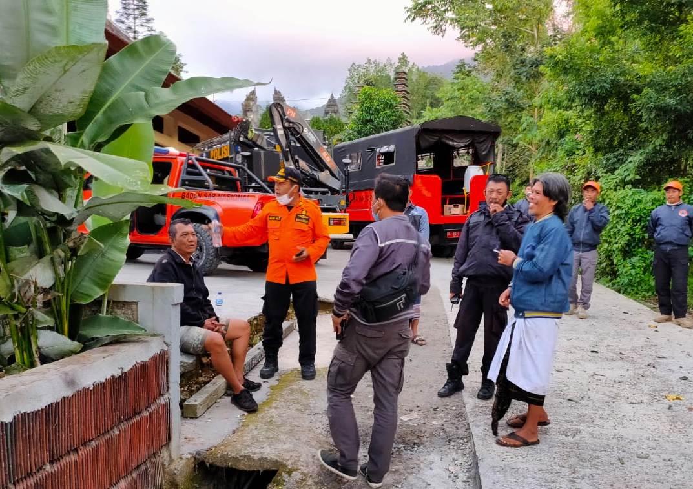 Foto: tersesat 01 Tim SAR berhasil mengevakuasi seorang pendaki Gunung Batukaru, Tabanan pada Rabu (26/8). Foto: ist