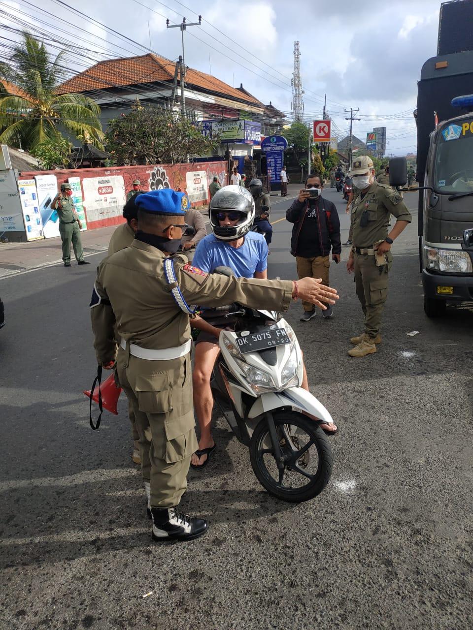 Foto: 02377 Badung Penertiban Penindakan kepada para pelanggar sidak prokes di Kecamatan Kutsel. Foto: ist