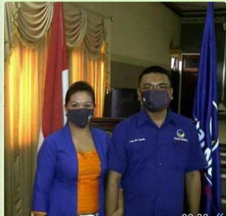 KETUA DPD II Partai Nasdem Badung, I Putu Gede Suyanta, (kanan) bersama pengurus partai. Foto: rap