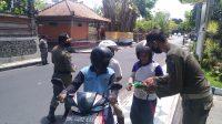 PETUGAS Satpol PP BKO Kuta saat menegur dan mengedukasi pengendara yang tidak menggunakan masker. Foto: gay