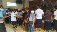 PENYERAHAN bantuan tunai kepada krama Banjar Legian Kaja jelang perayaan Galungan. Foto: ist