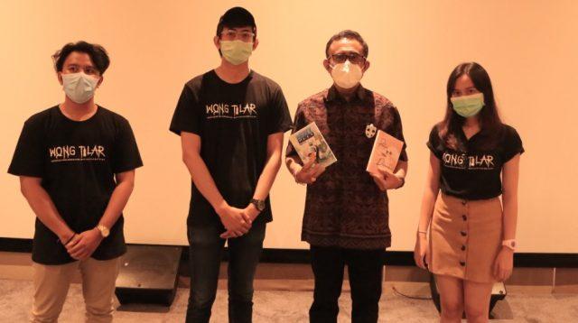 """PARA sineas muda yang tergabung dalam Aktivitas Kreatif Seniman Indonesia (AKSI) bersama Wali Wali Kota Jaya Negara, usai pemutaran film """"Wong Tilar"""" di DNA Denpasar, Jumat (18/9). Foto: ist"""