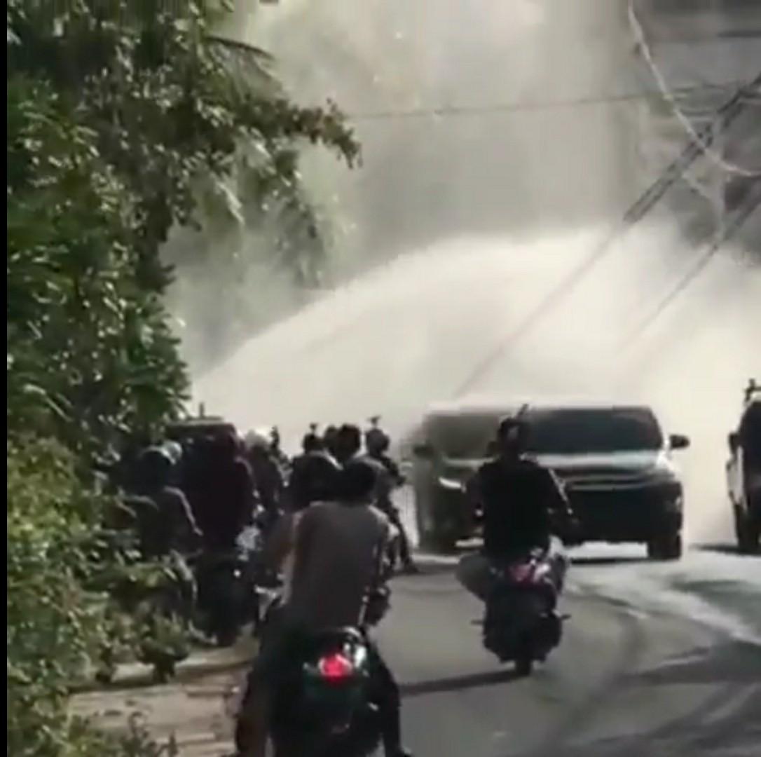 Foto: 02388 Badung Semburan Air Deras-2 SEMBURAN air PDAM di Jalan Dharma Wangsa. Foto: ist