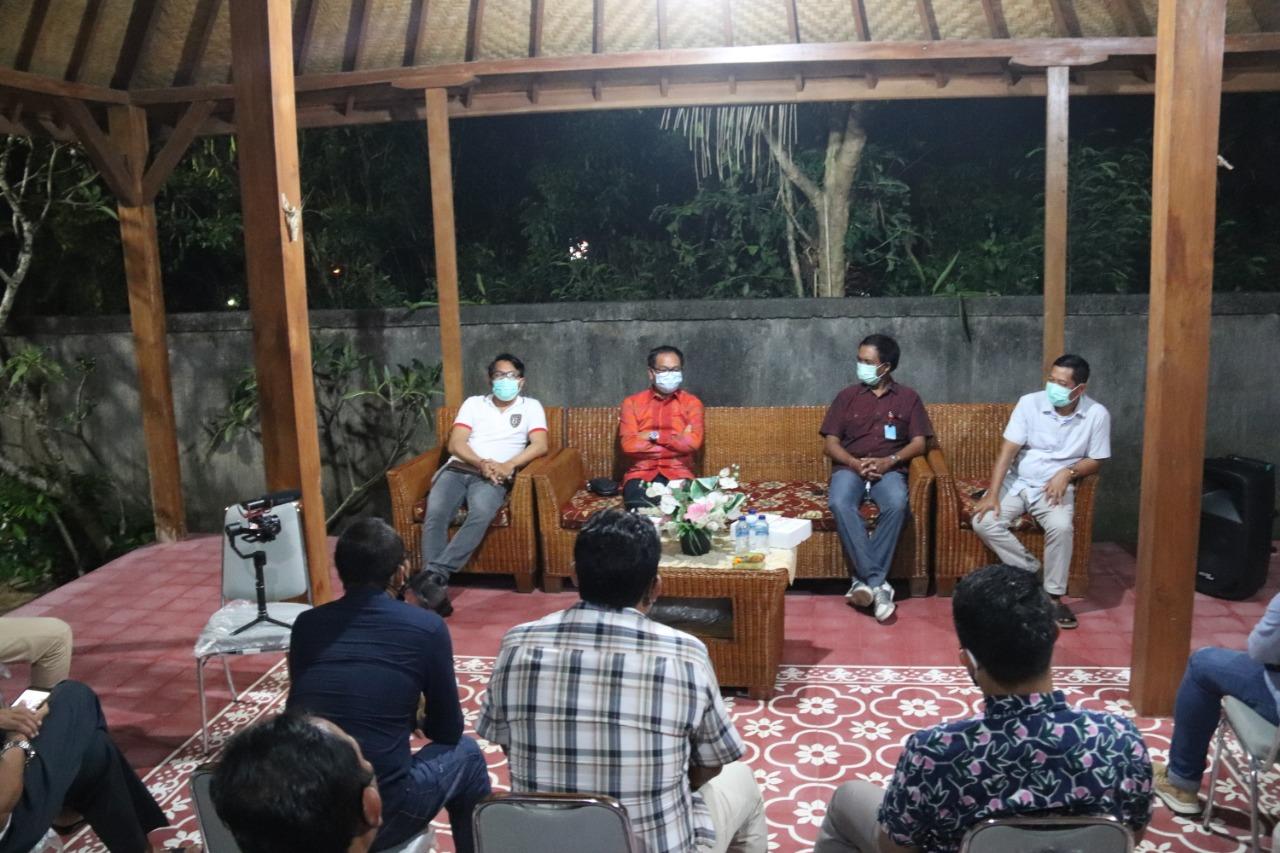 Foto: 02388 Badung Wabup Terima Kaling WABUP Suiasa saat menerima Kepala Lingkungan se-Kelurahan Benoa di kediaman pribadi Jalan Labuan Sait Pecatu, Senin (21/9).