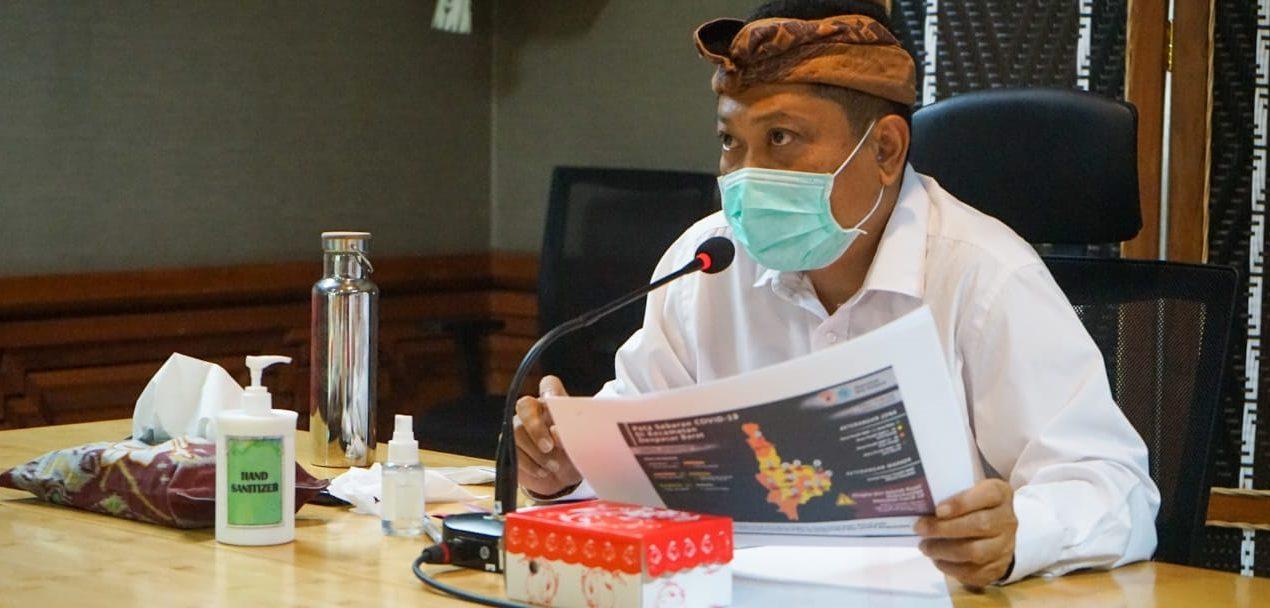 WALI Kota Denpasar, IB Rai Dharmawijaya Mantra, saat memimpin Rapat Evaluasi Penanganan Covid-19 secara virtual di Graha Sewaka Dharma Kota Denpasar, Selasa (29/9/2020). Foto: ist