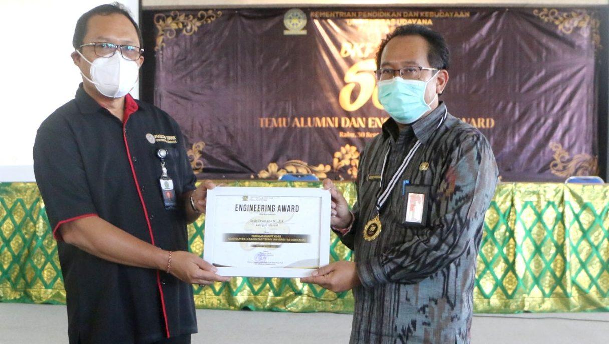 KADIS Pramana saat menerima Engineering Award. Foto: ist