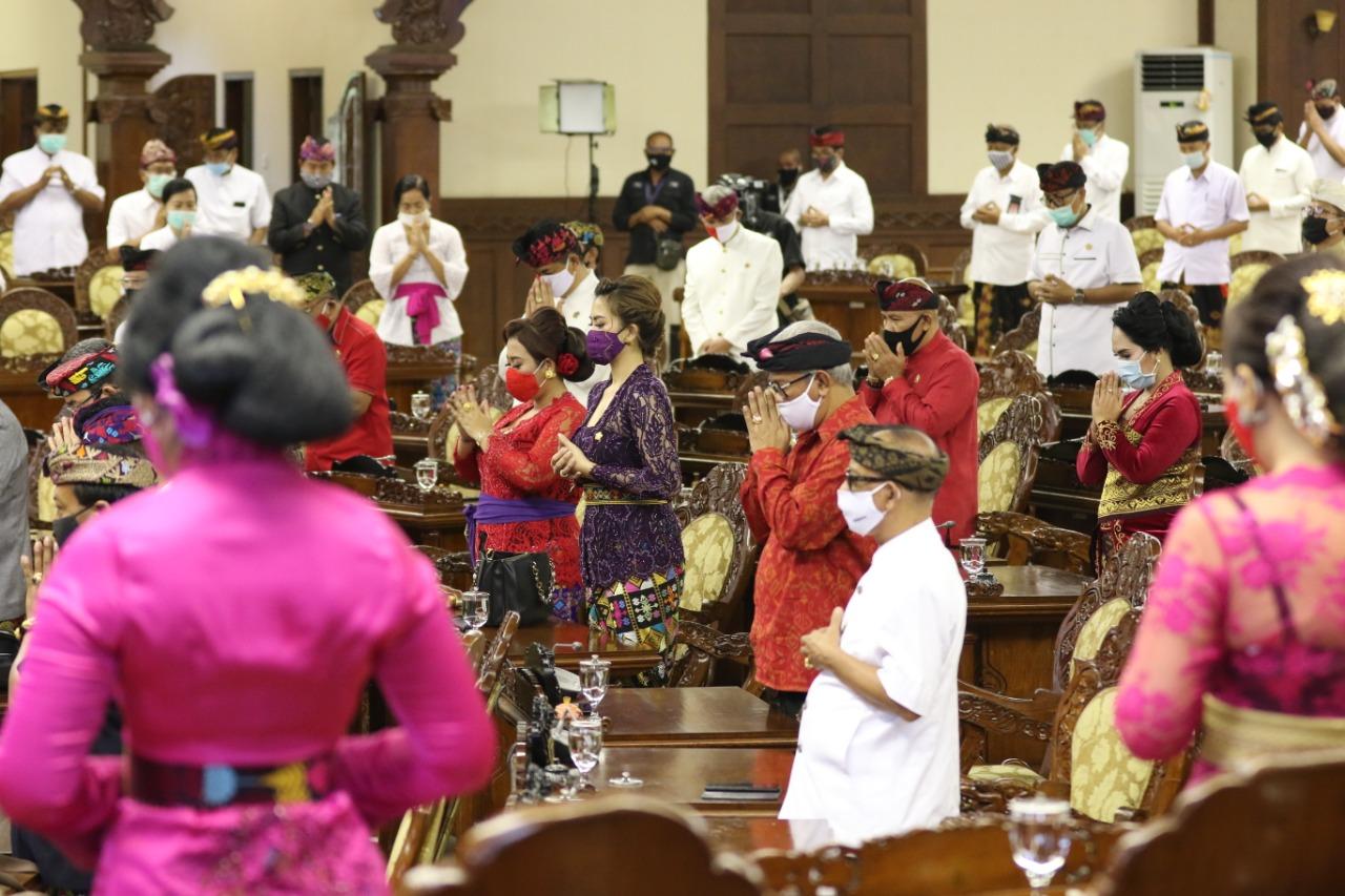 ANGGOTA DPRD Bali menggunakan masker dalam sebuah Rapat Paripurna. Foto: ist