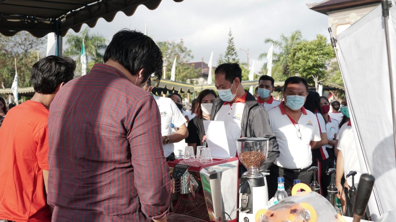 Foto: 02381 Badung Pasar Murah WABUP Suiasa saat mengunjungi Pasar Gotong Royong Krama Bali yang dilaksanakan untuk ketiga kalinya di Puspem Badung, Jumat (11/9). Foto: ist