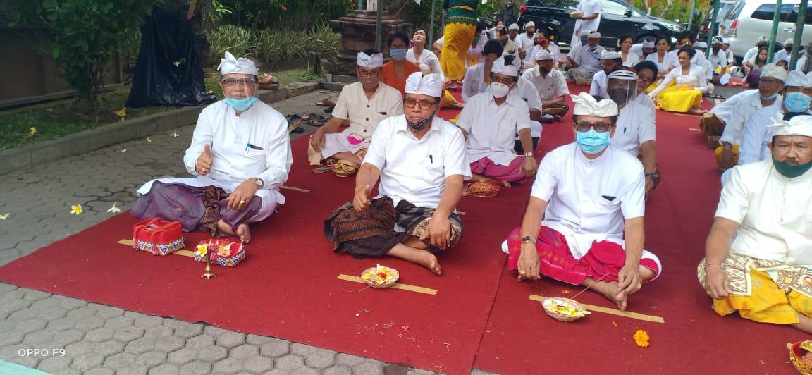 Suasana Piodalan di Pelinggih Kantor BARI Provinsi Bali Jalan Melati Denpasar