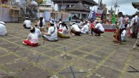 UMAT melaksanakan persembahyangan di Pura Lempuyang, Dusun Purwayu, Desa Tribuana, Kecamatan Abang, Karangasem, Kamis (17/9). Foto: nad