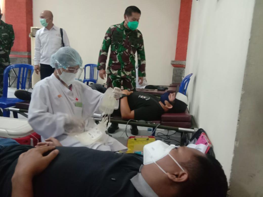 PANGDAM IX/ Udayana, Mayjen TNI Kurnia Dewantara, meninjau donor plasma yang berlangsung di Makorem 163/Wira Satya, Denpasar, Selasa (29/9/2020). Foto: alt