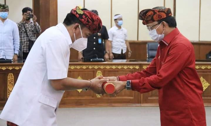 GUBERNUR Koster mengukuhkan Ketut Lihadnyana, sebagai Penjabat Sementara (Pjs) Bupati Badung di Gedung Wiswa Sabha Utama, Kantor Gubernur Bali, Sabtu (26/9/2020). foto: ist