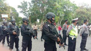 RAZIA Prokes yang di-back up personel Brimob Polda Bali. Foto: alt