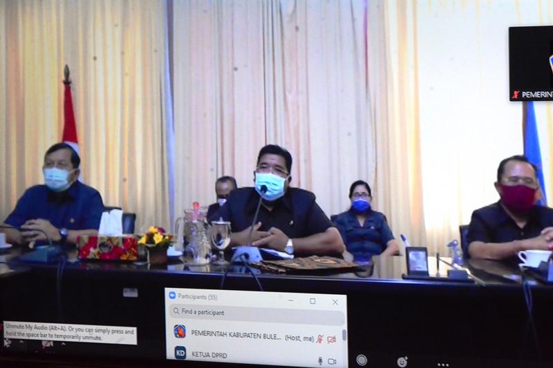 Foto: AGUS SURADNYANA BUPATI Suradnyana saat memberikan tanggapan terhadap Pemandangan Umum Fraksi-fraksi DPRD Buleleng terhadap Ranperda APBD-P Tahun Anggaran 2020, secara telekonferensi. Foto: ist