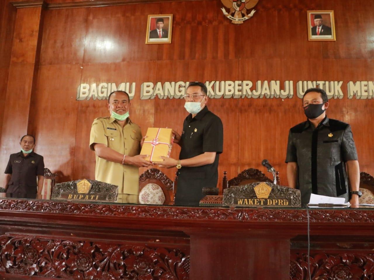 BUPATI Made Gianyar menyerahkan RAPBD Perubahan yang diterima Wakil Ketua DPRD Bangli, I Nyoman Budiada.