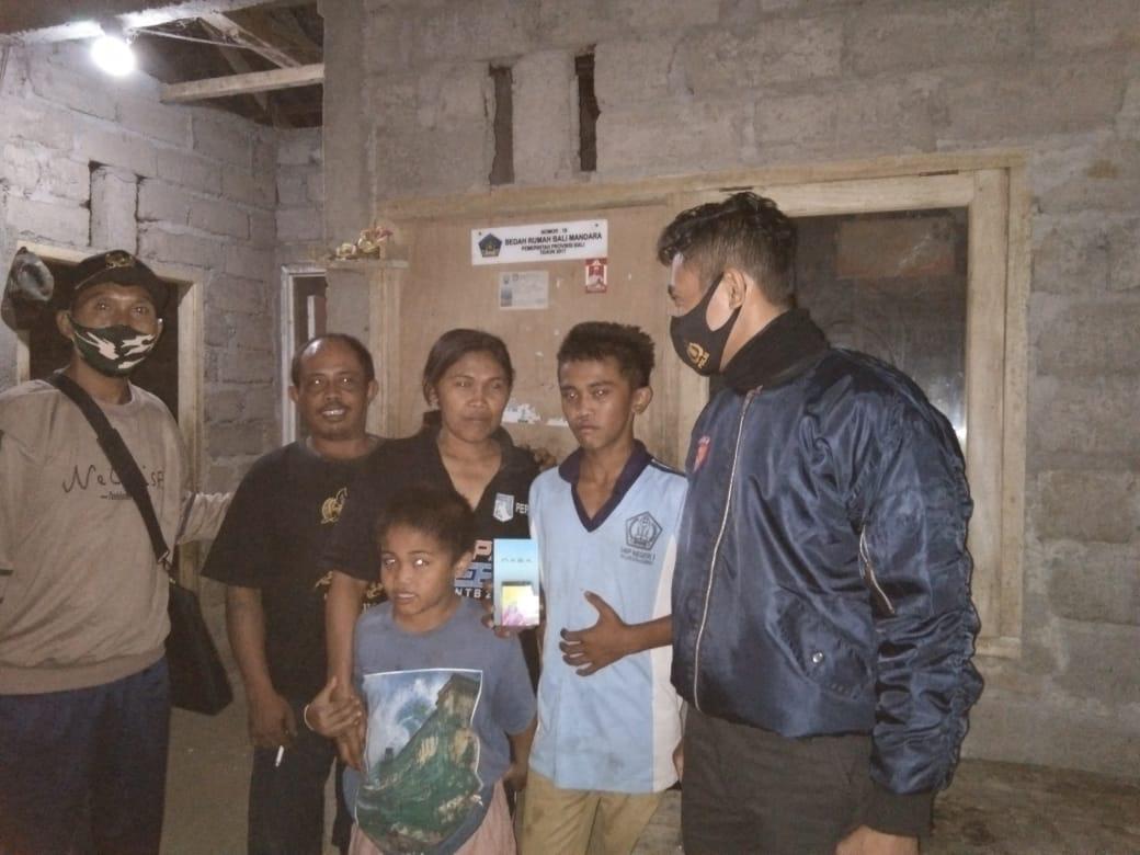 Foto: Anggota polres buleleng ANGGOTA Polres Buleleng menyambangi kediaman keluarga kurang mampu di Desa Sepang, untuk memberikan HP kepada anak guna keperluan belajar daring. Foto: ist