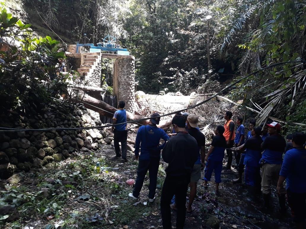 PUPR Karangasem tangani kayu roboh di Bendungan Andong, Rabu (9/9). Foto: nad