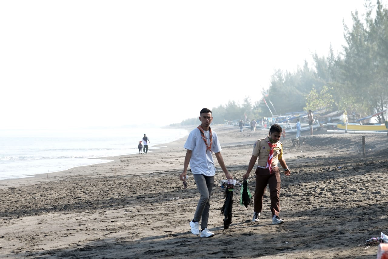 PERINGATAN World Clean Up Day tahun 2020 yang dipusatkan di Pantai Cemara Lembar berjalan lancar. Foto: ade