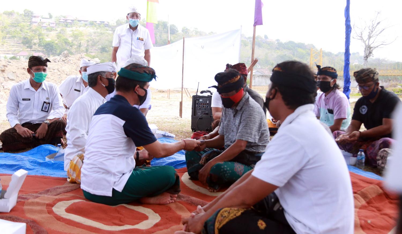 Foto: BLT LEMBONGAN BUPATI Suwirta menyerahkan BLT jarring pengaman sosial kepada perwakilan masyarakat Nusa Lembongan, Kecamatan Nusa Penida, Rabu (2/9). Foto: baw