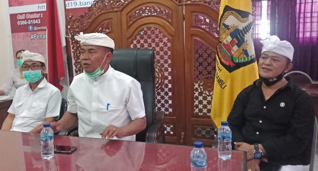 BUPATI Bangli, Made Gianyar, memberi penjelaskan soal pencabutan sementara Perbup Bangli Nomor 39/2020 mengenai disiplin penerapan protokol kesehatan (prokes) sambil menunggu revisi di pasal sanksi denda. Foto: gia