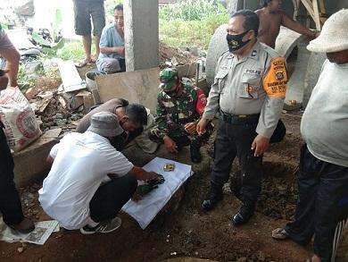 PETUGAS mengecek benda purbakala yang ditemukan pekerja proyek di Banjar Dauh Uma, Kelurahan Bitera, Gianyar. Foto: ist