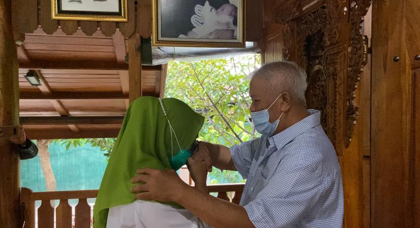 CALON Wali Kota Mataram Hj. Putu Selly Andayani saat meminta restu dari suami, H. Rachmat Hidayat sebelum mendaftar ke KPU Kota Mataram, Sabtu (5/9). Foto: rul