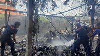 PETUGAS damkar membersihkan warung yang terbakar. Foto: adi