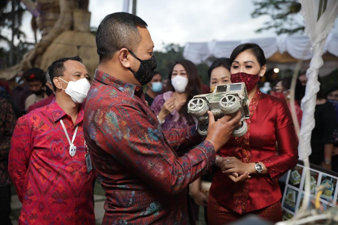 Foto: DEKRANASDA GIANYAR BUPATI Gianyar, Made Mahayastra, meninjau pameran kerajinan yang digelar Dekranasda. Foto: adi
