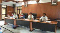 MANAJEMEN Depo Manggis dan warga serta pemilik lahan Wawan Danu Sartika bertemu di Balai Banjar Labuan, Antiga, Manggis. Foto: nad