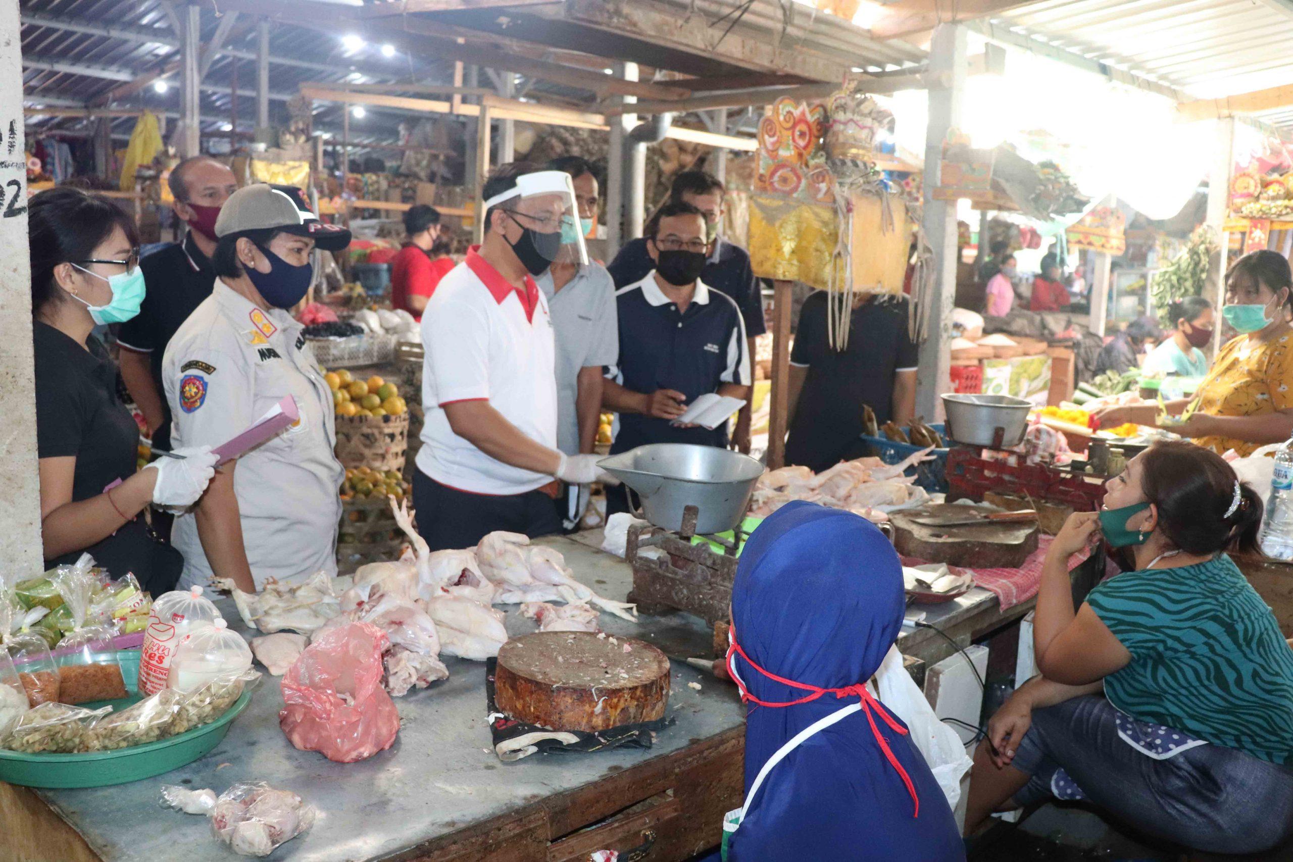 DISDAGPERINKOP UKM melakukan pemantauan harga kebutuhan pokok di dua pasar di Kota Singaraja jelang hari raya Galungan dan Kuningan. Foto: rik