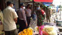 Pos bali/ist Dandim 1619/Tabanan Letkol Inf. Toni Sri Hartanto saat turun langsung memantau pelaksanaan operasi yustisi penerapan disiplin penegakan hukum protokol kesehatan, di Pasar Kerambitan, Senin (21/9).