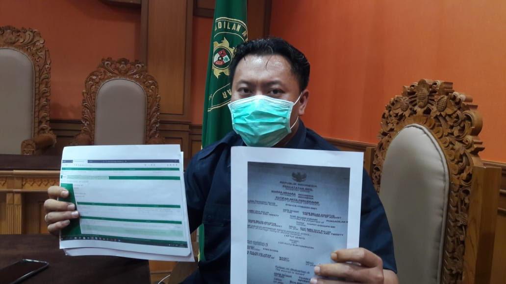 Foto: FOTOCOPI HUMAS PN Gianyar, Wawan Edi Prastiyo, menunjukkan fotokopi akta perceraian palsu. Foto: adi