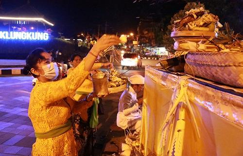 PROSESI guru piduka berlangsung di Catus Pata, Perempatan Agung Klungkung, Minggu (13/9) malam. Foto: ist